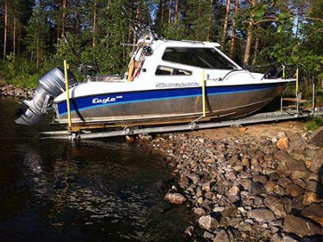 Vene lepää turvallisesti telakassa